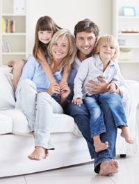 familie-auf-sofa-fotolia_2574470